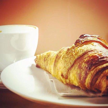 Sabor City: Desayuno/ Merienda Clásico:  Croissant +   Café con Leche