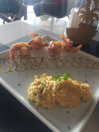 Restaurante La em Casa: Pastel com molho dr vatapa, prato da boa lembrança de camarão empanado com tapioca e com risoto