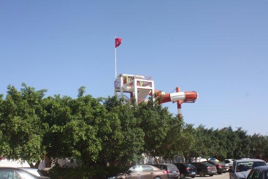 AquaSplash Thalassa Sousse: На поъьезде вид снаружи самая высокая горка