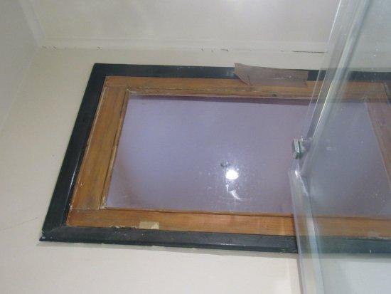 Principe Real Apartments: la fenetre de la douche tenu par un scotch