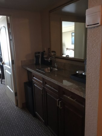 Embassy Suites by Hilton Sacramento - Riverfront Promenade: Kitchen area
