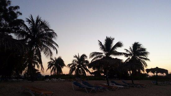 Club Amigo Ancon: 朝焼けの浜