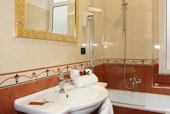 Hotel Mirage : BAGNO CON VASCA