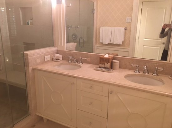 Harwich, MA: Jr. Suite - bathroom