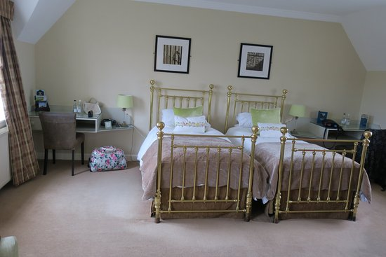 Leeds Castle Stable Courtyard Bed & Breakfast: big light airy room