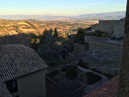 Parador de Sos del Rey Catolico : vista del jardin con Navarra al fondo (sanguesa)