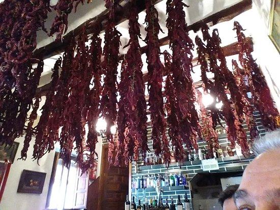 كوستا بلانكا, إسبانيا: Pimientos rojos secando desde el techo.