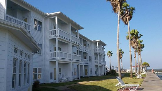 Lighthouse Inn at Aransas Bay: Back of the hotel facing the water, pier and gazebo.