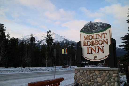 Mount Robson Inn: View from outside