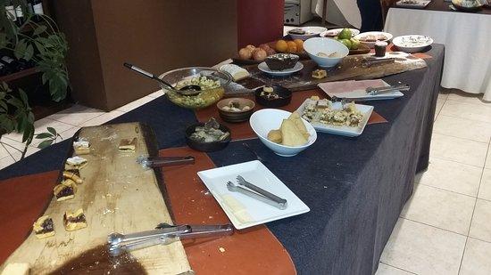 Lar Aike Hotel: la mesa del desayuno, la foto fue tomada a las 9, 00, solo manzanas ( unica fruta)