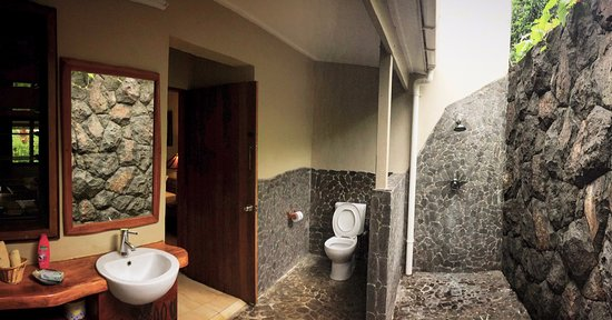 Le Manumea Hotel : Outdoor bathroom and shower