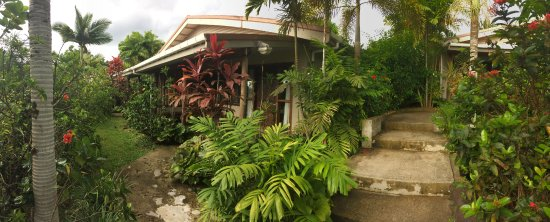 Le Manumea Hotel: Rooms are surrounded by lush foliage. There is a semi-secluded, bungalow feel to each room.