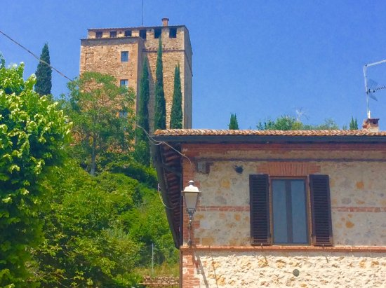 Rosia, Italy: Right up there, in the top of the tower, is our bedroom. It won't get any more magical that this