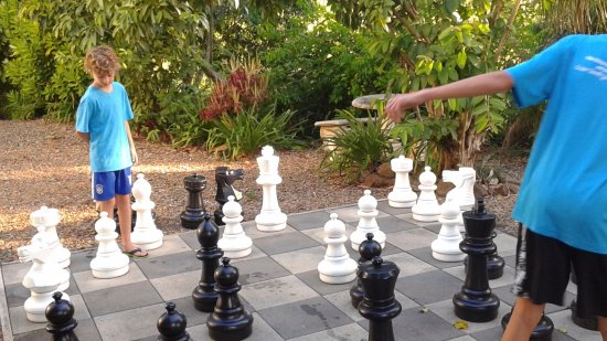 Mapleton, Australien: Playing chess on the hotel grounds
