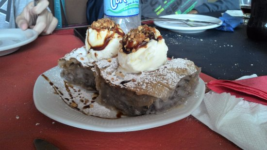 Mar del Sur, Argentina: delicioso strudel de manzanas canela con helado de vainillas y frutos secos