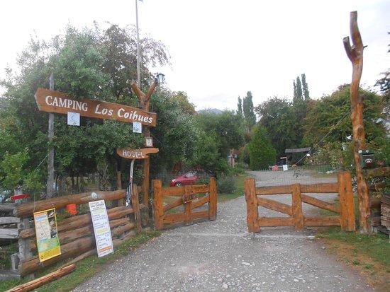 Camping & Hostel Los Coihues: Entrada Al Recinto