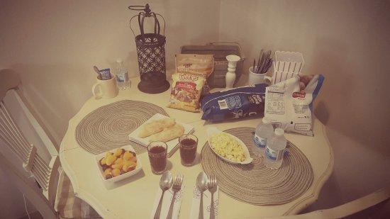 Hidden Springs Bed and Breakfast: Breakfast In Cottage