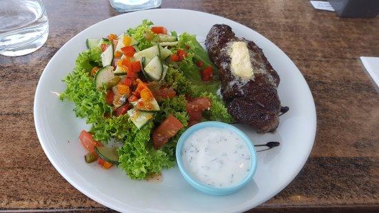 Upper Deck : steak and salad