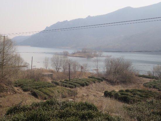 Lianyungang, الصين: ダム湖と寺跡