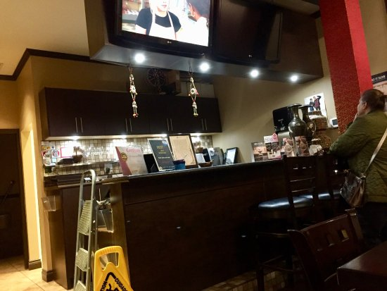 Ladner, Canada : Bombay Joes bar area - Muted TV