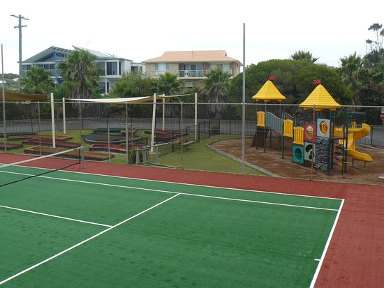 Diamond Beach, Australia: Tennis Court, Playground and Putt Putt.