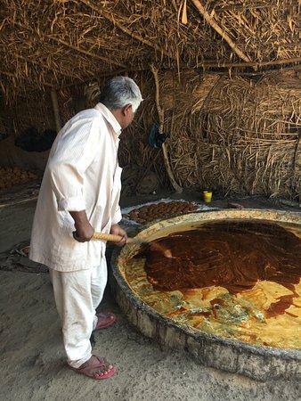Gurdaspur District, Índia: Sugar cane processing.