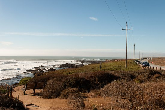 Pescadero, CA: Looking down the beach from the parking lot. Lots of places to park along the local road.