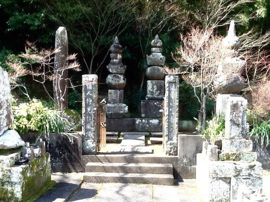 Shimoda, Japan: 本堂右手奥の下田奉行の墓と五輪塔