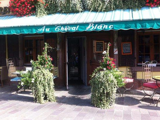 Au cheval blanc : Entrée de de l'hôtel - restaurant