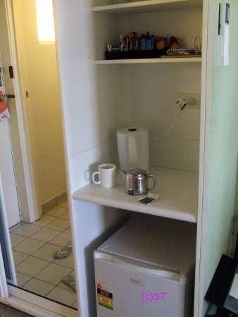 Comfort Inn Coach House: wardrobe and complimentary drinks