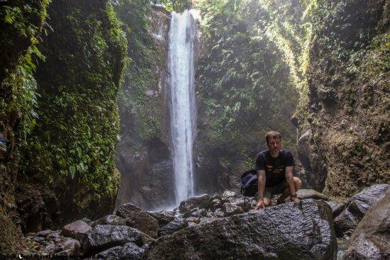 Casaroro Falls: The falls drops around 30 m