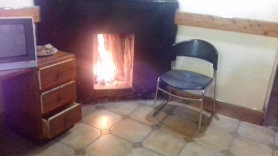 Bantu Utamaduni Lodge: Fireplace in the room, makes the place warm and cosy