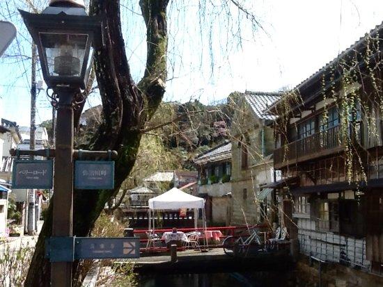 Shimoda, Japan: 道の途中のガス灯には案内が付いていました。テントを張ったオープンカフェもオシャレです