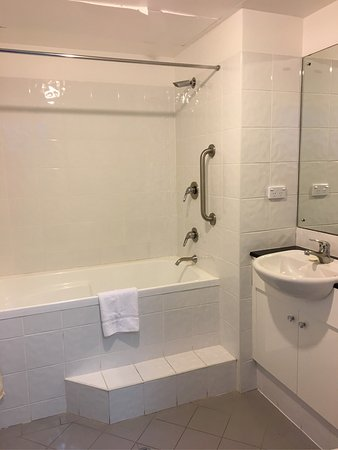 Shellharbour Village Motel: Shower in the bath