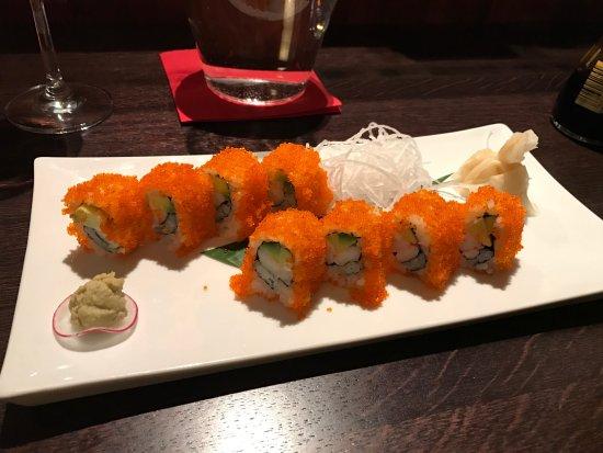 KOISHI fish & sushi restaurant : Uramaki s krabom a kaviárom z lietajúcich rýb