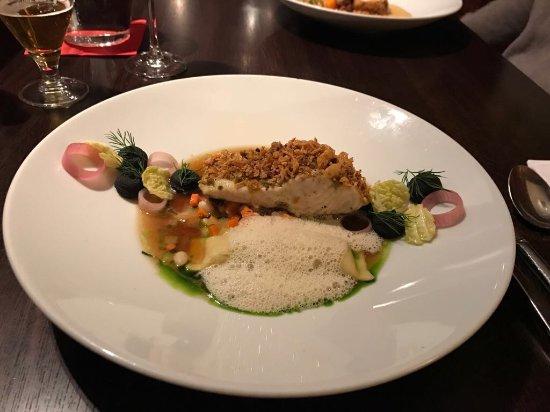 KOISHI fish & sushi restaurant : Jeseter s hľuzovkovou raviolou, fazuľou a kapustou