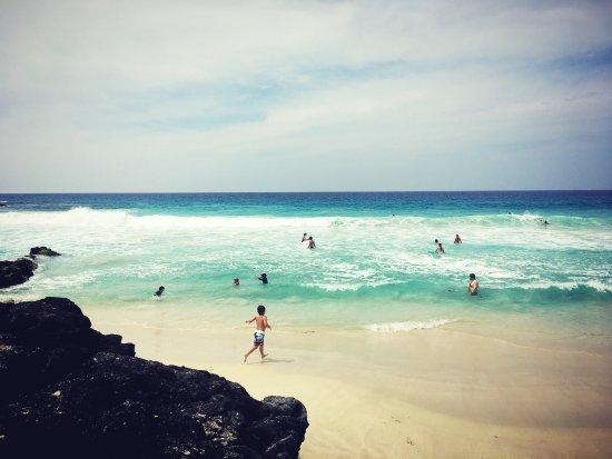 Manini'owali Beach (Kua Bay): 화장실과 간단히 모래 털 수 있는 수도시설이 있어 너무 편리했고 무엇보다 바다가 너무~~이뻤어요!!! 날씨로 인해 파도가 세서 파도타기만 무진장 하다가 왔네요. 영화에서만