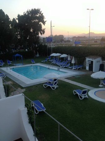 Globales Cortijo Blanco Hotel: A lovely picture from the gardens, a picture of the large main pool at roughly 10:30 shortly aft