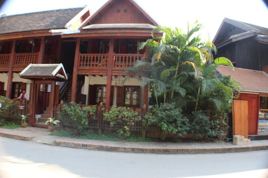 Mekong Riverview Hotel: left of photo our room,right of photo where i brought my beer :)