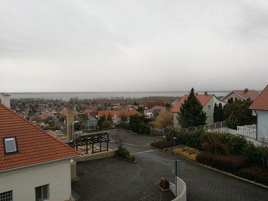 Vonyarcvashegy, المجر: Bár az idő esős volt a kép készítésekor, de szépen látszik a Balaton a szobából.