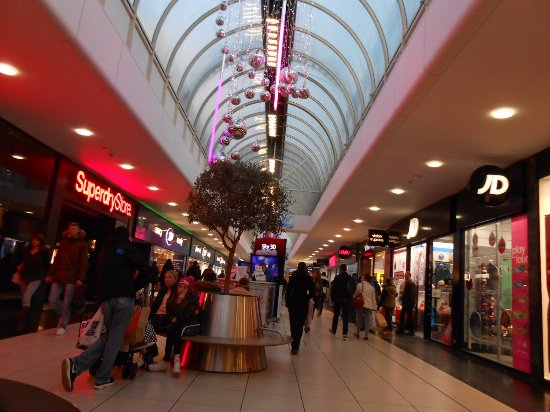 Chelmsford, UK: Three days before Christmas in High Chelmer Shopping Centre.