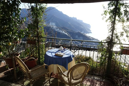 Ravello Rooms: Breakfast on the terrace with a breathtaking view of the Amalfi Coast