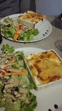 Oyonnax, Frankrijk: Menu du jour : tartiflette et salade... excellent et copieux !