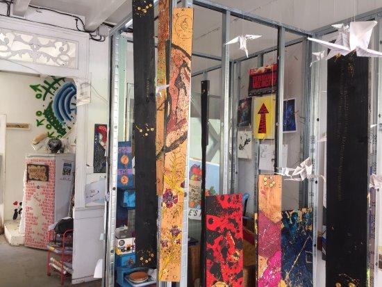 Un Oeuf: Maison d'artistes en constant changement. Galerie d'art, peintures, sculptures, installations, g