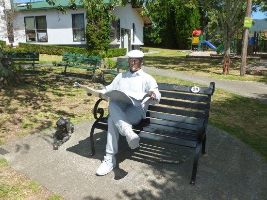 Katikati, Новая Зеландия: Sculpture on a bench