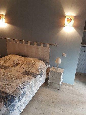 Une chambre double avec salle de bain attenante - Picture of La ...