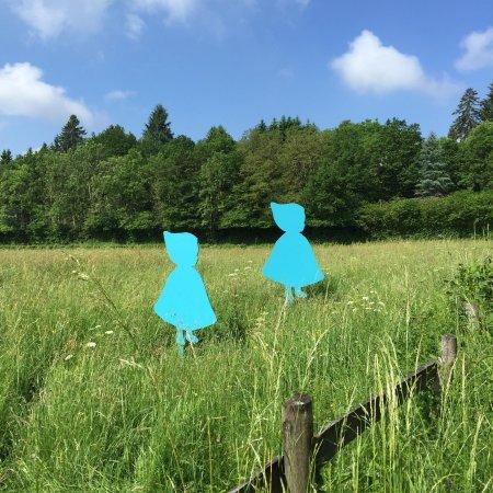 """Alligny en Morvan, Francia: la mascotte du musée, petit chaperon bleu, en référence au """"burnou, capeline typique de l'AP"""
