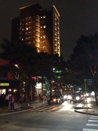 Jardins District: Outra rua, vista noturna.