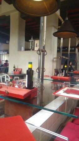 La Fratta, Italie : Dettaglio dei tavoli sulle magiatoie