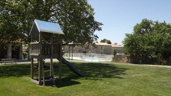 Xaintray, France: A l'ombre du noyer, espace jeux pour les enfants